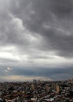 SAO PAULO, SP, 06 DE JANEIRO 2012. CLIMA TEMPO. Ceu com nuvens escuras, na regiao do aeroporto de Congonhas, em SP, na tarde desta sexta-feira, 6. FOTO MILENE CARDOSO - NEWS FREE