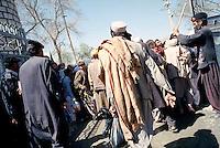 Khyber Pass, frontière Afghano - Pakistanaise, mars 2001.Au poste frontière de Turkham, des soldats Pakistanais repoussent violamment des Afghans qui tentent de quitter leur pays et le régime des Taliban..
