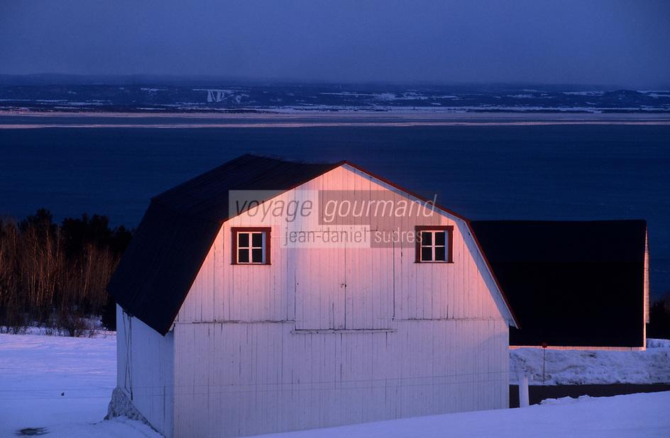 Amérique/Amérique du Nord/Canada/Quebec/Les Eboulements : Maison et Saint-Laurent dans la lumière du soir