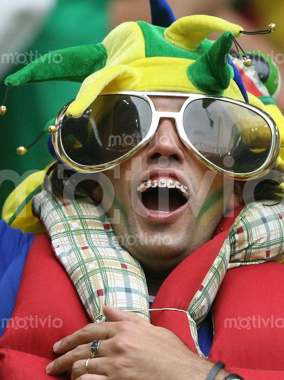 Fussball WM 2006  Achtelfinale   Brasilien - Ghana Ein brasilianischer Fan ahmt RONALDINHO nach