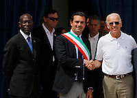 Consul General Donald Moore accused of appointments with prostitutes inside the consulate during his tenure in Naples<br /> pictured with De magistris e Jo Biden il console americano Donald Moore accusato di aver fatto festini hard all'interno del Consolato durante il suo mandato a Napoli