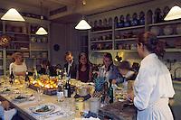 France/84 Vaucluse/Avignon: Table d'Hote de la Mirande dans la cuisine médiévale d'un ancien palais de Cardinal - Les convives prennent place à table