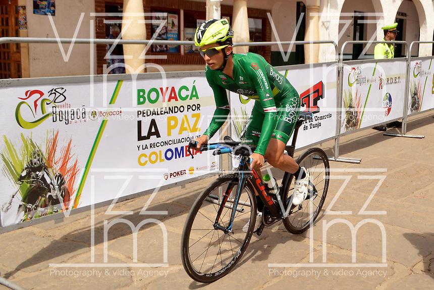 BOYACA - COLOMBIA: 10-09-2016. Un ciclista de Boyaca Raza Campeones durante la cuarta etapa CRI, 30 kms, de la 38 versión de la vuelta Ciclista a Boyaca 2016 que se corre entre Sutamarchan y Samacá. La prueba se corre entre el  7 y el 11 septiembre de 2016./ A cyclist of Boyaca Raza Campeones during the fourth stage ITT, 30 kms, of the Vuelta a Boyaca 2016 that took place between villages of Sutamarchan and Samaca. The race is held between 7 and 11 of September of 2016 . Photo:  VizzorImage/ José Miguel Palencia / Liga Ciclismo de Boyaca