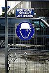 UTRECHT - Op een geopende bouwhek zijn borden gevestigd met daarop zichtbaar: een bouwvakker met helm op, en de tekst Hier wordt gewaakt met honden. COPYRIGHT TON BORSBOOM...