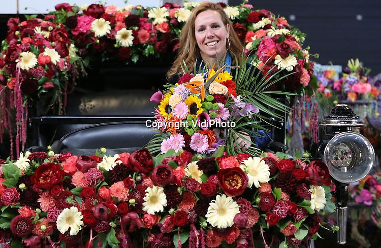 Foto: VidiPhoto<br /> <br /> DEN BOSCH &ndash; Tot haar grote verrassing werd Hanneke Sanders uit Soest donderdagochtend feestelijk verwelkomd door directeur Dirk Lips van de Brabanthallen, als 50.000e bezoeker van de wereldexpo Florali&euml;n in Den Bosch. Zij was de hele dag, als VIP, gast van de organisatie van de bloemen- en plantententoonstelling. Bovendien ontving zij een speciaal geprepareerd boeket en een fles champagne, met twee vrijkaarten voor de volgende Florali&euml;n in Gent in 2016. Uit onderzoek blijkt dat de bezoekers de eerste Florali&euml;n in Nederland buitengewoon hoog waarderen. De gemiddelde bezoekduur ligt boven de vier uur. Dit weekend is de Florali&euml;n voor het laatste te bezoeken.
