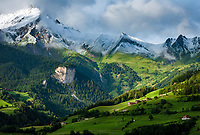 Oesterreich, Osttirol, Pustertal, Pustertaler Hoehenstrasse, bei Lienz: Bauernhoefe vor Lienzer Dolomiten | Austria, East-Tyrol, Puster Valley, near Lienz: farmhouses and Lienz Dolomites