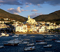 Spanien, Katalonien, Cadaques: Fischerdorf an der Costa Brava bei Sonnenaufgang | Spain, Catalunya, Cadaques: View over harbour at sunrise