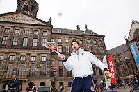 05-04-12, Netherlands, Amsterdam, Tennis, Daviscup, Netherlands-Rumania, Draw, Straattennis, Igor Sijsling voor het Paleis op de Dam