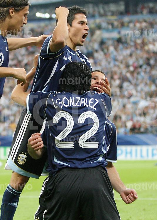 Fussball   WM 2006   Gruppenspiel Vorrunde   Argentinien - Serbien Montenegro Javier SAVIOLA, Luis GONZALEZ und Torschuetze Maxi RIDRIGUEZ (alle ARG, v.l.) jubeln nach dem 1:0