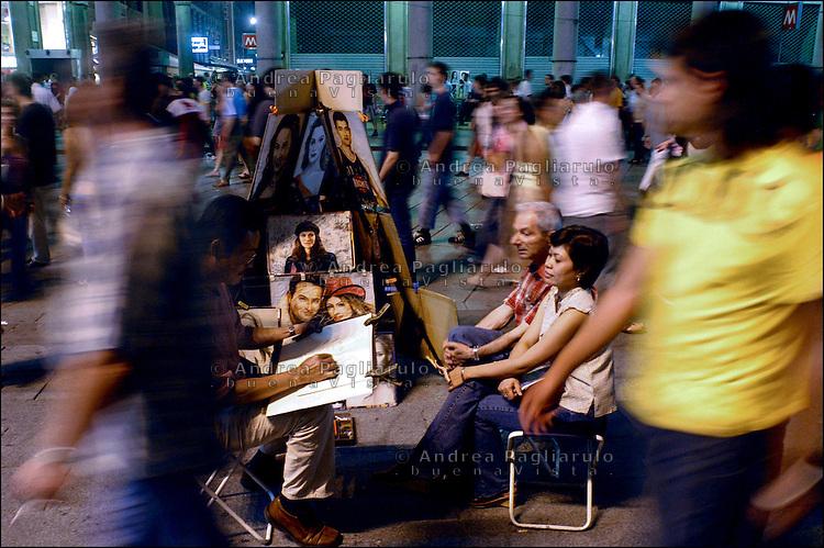 Italia, Milano, 18/06/2005..Notte bianca. Folla in corso Vittorio Emanuele. .###### .Italy, Milan, 18/06/2005..White night. Crowd in Vittorio Emanuele street..© Andrea Pagliarulo