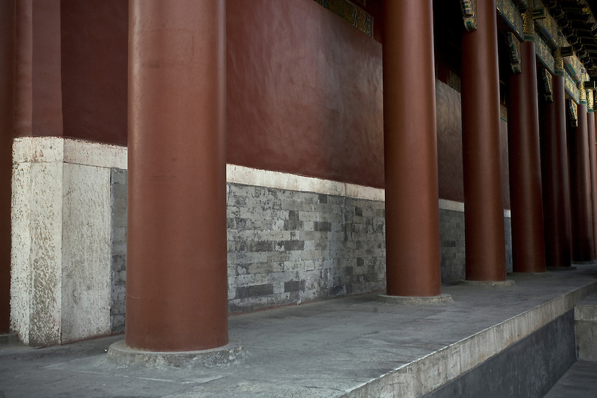 Les colonnes restaurées du temple renfermant la plus grande statue de bouddha Maitreya, taillée dans un seul tronc de santal et offerte par le 7ème dalaï-lama.