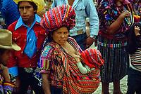 Guatemala, mercato di Chichicastenango. Donna allatta suo figlio.<br /> Guatemala, Chichicastenango market. Woman breastfeeds her child.