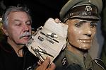 """Foto: VidiPhoto<br /> <br /> ARNHEM - """"Der Höhere SS und Polizeiführer im Wehrkreis XIII"""", staat er in verweerde letters op Duitse een etui met chirurgische attributen uit de Tweede Wereldoorlog. Volgens museumdirecteur Eef Peeters van het Arnhems Oorlogsmuseum 40-45 gaat het hier om een martelsetje van de Geheime Staatspolizei (Gestapo) of Sicherheitsdienst (SD), afkomstig uit Arnhem en vermoedelijk gebruikt tijdens de 'verhoren' van burgers in het beruchte Witte Huis van de Sicherheitsdienst aan de Utrechtseweg in Arnhem. Het museum kreeg het setje vorige week van een """"anonieme gever"""", vertelt Peeters maandag. De museumbaas probeert uit te zoeken wie de eigenaar was van de lugubere handset, met daarin onder andere een vlijmscherp scalpelmesje, een tangetje, een metalen spuit met twee naalden en een buisje met een onbekende substantie. Omdat het mogelijk om een agressief gif gaat durft de museumeigenaar dit niet te openen. Volgens hem gaat het hier om nogal sinistere schenking dat vrijwel zeker ingezet is om burgers of verzetsmensen tot een bekentenis te dwingen. Het tangetjes is vermoedelijk gebruikt  om pezen door te knippen. De waarde van de gift wordt geschat op enkele duizenden euro's, maar verkocht wordt er niets door Peeters. """"Wij verkopen geen spullen die aan ons museum geschonken zijn."""" Tijdens eerdere zoektochten rond het Witte Huis vond Peeters al eens een schoen met daarin nog een voet en wat andere spullen uit de oorlog. De etui komt straks in een van de vitrines van het oorlogsmuseum te liggen. """"Ik zou zoiets zelf niet gekocht hebben, maar als geschenk heeft het zeker grote historische waarde."""" Het Arnhems Oorlogsmuseum staat bekend om zijn exclusieve collectie. Z0 wist Peeters al eerder een luxe zitbank en een typemachine uit de bunker van Adolf Hitler in Berlijn in zijn bezit te krijgen."""