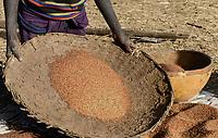 ETHIOPIA Province Benishangul-Gumuz, town Debate, Gumuz village Banush, Gumuz woman winnowing millet / AETHIOPIEN, Provinz Benishangul-Gumuz, Stadt Debate, Gumuz Dorf Banush, Gumuz Frau trennt Hirse von der Spreu