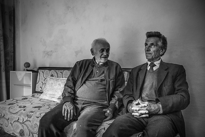 Einst war Golik Jaupi der Vorzeiges&auml;nger des Enver Hoxha Regimes. Als er 1983 vor dem paranoiden Diktator sang, <br /> r&uuml;hrte er den eisernen Parteif&uuml;hrer zu Tr&auml;nen. Seit dem ersten Folklorefestival 1968 verbrachte Golik sein Leben <br /> im Dienste der allm&auml;chtigen Partei auf der B&uuml;hne und bezog als &bdquo;K&uuml;nstler des Volkes&ldquo; zahlreiche Privilegien. <br /> Auf den kometenhaften Aufstieg folgte der schnelle Fall. Nach der Demokratisierung des Landes wurde der anerkannte S&auml;nger systematisch von der<br />  offiziellen B&uuml;hne verbannt - heute lebt der S&auml;nger in einem Bergdorf der Kurvelesh-Berge und h&uuml;tet seine 50 Ziegen, seinen Esel und seine Kuh <br /> um sein Dasein zu sichern. Eine Reportage, die die Dynamik des Wandels vom Kommunismus zum Postkommunismus auf dem Balkan beispielhaft an einer <br /> au&szlig;ergew&ouml;hnlichen K&uuml;nstlerbiographie sichtbar macht.