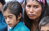 OAXACA DE JUAREZ. 09 DE AGOSTO 2013. - El 23 de diciembre de 1994, la Asamblea General decidi&oacute; que durante el Decenio Internacional de las Poblaciones Ind&iacute;genas del Mundo se celebre cada a&ntilde;o el &ldquo;D&iacute;a Internacional de las Poblaciones Ind&iacute;genas&rdquo; el 9 de agosto, por lo cual es en esta fecha que se conmemora el d&iacute;a en que el Grupo de Trabajo sobre Poblaciones Ind&iacute;genas de la Subcomisi&oacute;n de Prevenci&oacute;n de Discriminaciones y Protecci&oacute;n a las Minor&iacute;as celebr&oacute; su primera reuni&oacute;n en 1992.<br /> <br /> Este a&ntilde;o, el tema central del D&iacute;a Internacional ser&aacute; &ldquo;Pueblos ind&iacute;genas construyendo alianzas: En honor a los tratados, acuerdos, y otros arreglos constructivos&rdquo;, el cual tiene el objetivo de resaltar la importancia de los tratados entre los Estados, sus ciudadanos, y los pueblos ind&iacute;genas.<br /> Lo anterior a finalidad de reconocer y defender a los ind&iacute;genas, sus derechos y sus tierras, para que se establezca un marco de convivencia y de relaciones econ&oacute;micas, as&iacute; mismo los acuerdos tambi&eacute;n definen una visi&oacute;n pol&iacute;tica de varios pueblos soberanos viviendo en un mismo territorio, de acuerdo con los principios de amistad, cooperaci&oacute;n y paz.<br /> A pesar de todo este marco protocolario y de los avances que se han dado en la procuraci&oacute;n de este sector vulnerable, a&uacute;n existen condiciones de gran rezago, carencia y alto nivel de marginaci&oacute;n en las comunidades ind&iacute;genas en M&eacute;xico.<br /> La pobreza ha hecho que este sector que enfrenta diariamente obst&aacute;culos ante estas&nbsp; privaciones, tenga que migrar a otros lugares, buscando mejores condiciones de vida, enfrentando a su vez una gran discriminaci&oacute;n.<br /> As&iacute; mismo, estos cambios, han hecho que en la marcha se hayan degradado poco a poco principios fundamentales en las ra&iacute;ces