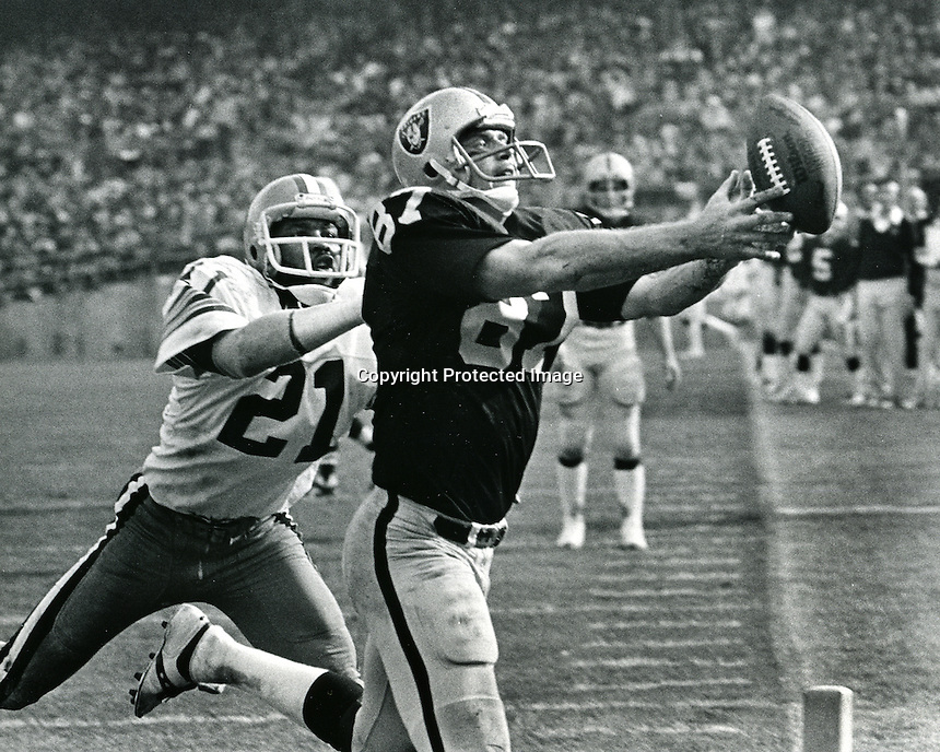 Raiders tight end Dave Casper grabs a TD pass..copyright 1977 Ron Riesterer