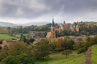 France, Rhône (69), région du Beaujolais, Jarnioux, le village, l'église et le château de Jarnioux // France, Rhone, Beaujolais region, Jarnioux, the village, the church and Jarnioux Castle
