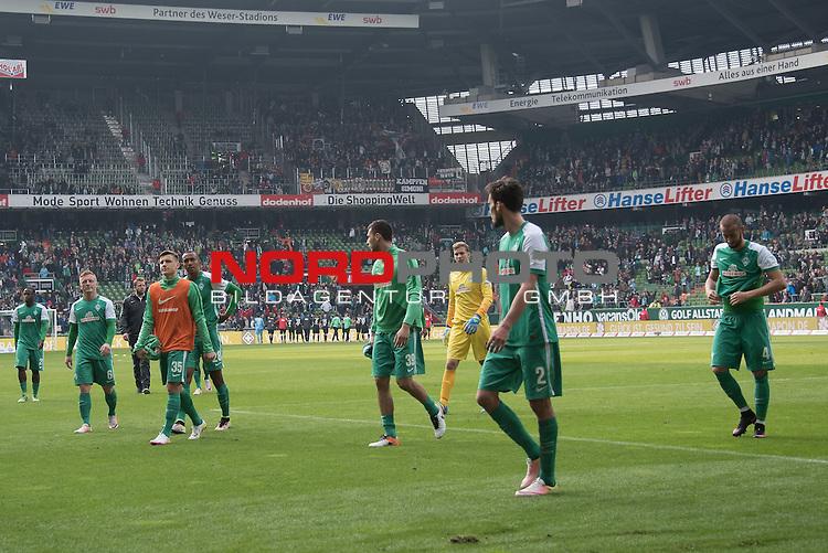 09.04.2016, Weser Stadion, Bremen, GER, 1.FBL. Werder Bremen vs FC Augsburg, im Bild<br /> <br /> entt&auml;uscht / enttaeuscht / traurig /<br /> die Speileier schleichen vom Platz<br /> Laszlo Kleinheisler (Werder Bremen #06)<br /> Alejandro Galvez (Bremen #4)<br /> Lukas Fr&ouml;de / Froede (Bremen #39)<br /> Theodor Gebre Selassie (Bremen #23)<br /> <br /> <br /> Foto &copy; nordphoto / Kokenge