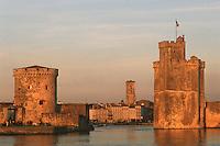 France/17/Charente Maritime/La Rochelle: Le vieux port, lumière du soir sur les tours de la chaîne et le la Tour Saint Nicolas