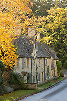United Kingdom, England, Gloucestershire, Cotswolds, Broad Campden: Line of Cotswold stone cottages in autumn | Grossbritannien, England, Gloucestershire, Cotswolds, Broad Campden: Cotswold stone cottages