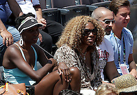 La tennista statunitense Venus Williams, a sinistra, con la madre Oracene, assiste ad un match della sorella Serena durante gli Internazionali d'Italia di tennis a Roma, 18 Maggio 2013..Tennis player Venus Williams, of the United States, left, flanked by her mother Oracene, watches her sister Serena during a match at the Italian Open Tennis WTA tournament in Rome, 18 May 2013.UPDATE IMAGES PRESS/Riccardo De Luca..
