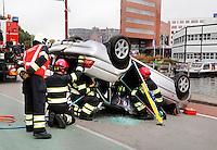 Demonstratie van de brandweer in Alkmaar. Hulp bij een auto ongeluk.
