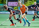 AMSTELVEEN  - Fieke Hoff (Gro)  met Sosha Benninga (A'dam) . Hoofdklasse hockey dames ,competitie, dames, Amsterdam-Groningen (9-0) .     COPYRIGHT KOEN SUYK