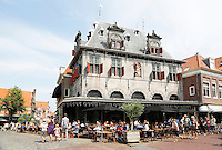 Nederland Hoorn 2016. De Waag. De Waag in Hoorn werd in 1609 in opdracht van Hendrick de Keyser gebouwd op het plein de Roode Steen. Het gebouw was het middelpunt van de kaasmarkten die vanaf de tweede helft van de zeventiende eeuw wekelijks werden gehouden. De partijen kaas werden er gewogen. In de hoogtijdagen van de Hoornse kaasmarkt werd hier jaarlijks tot 3 miljoen kilogram kaas verhandeld, maar door de opkomst van de verschillende kaasfabrieken in omringende dorpen kwam in de loop van de twintigste eeuw een einde aan de markt. Er is tegenwoordig een grand café in gevestigd. Op de Roode Steen wordt sinds juni 2007 op elke donderdag weer een (toeristische) kaasmarkt gehouden, en in De Waag wordt net als vroeger de kaas gewogen. Foto Berlinda van Dam / Hollandse Hoogte