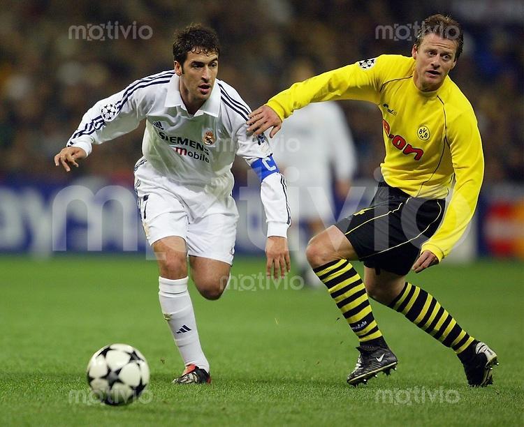 FUSSBALL Champions League 2002/2003 Gruppe C 3. Spieltag Real Madrid 2-1 Boeussia Dortmund   Raul (Real,li) gegen Christian Wuerns (BVB)