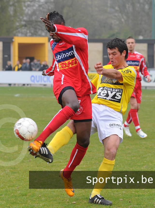 SC Wielsbeke - White Star Woluwe..Nicolas Seys probeert de bal weg te halen bij Jeremy Bossekota (links)..foto David Catry / VDB