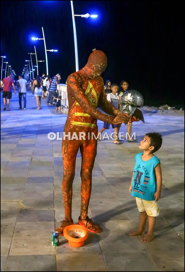 Super-heroi brasileiro interage com criança, Fortaleza, Ceara. 2018. Foto © Juca Martins.