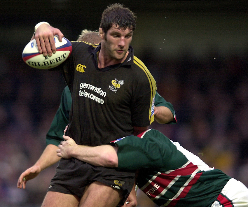 Photo. Richard Lane.London Wasps v Leicester Tigers at Adams Park. Zurich Premiership. 27/12/2002.Simon Shaw attacks.