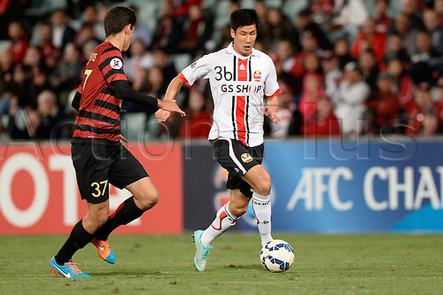 07.04.2015. Sydney, Australia. AFC Champions League. Western Sydney Wanderers v FC Seoul. Seoul forward Jung Jo-gook on the attack.