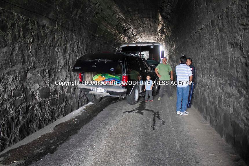 San Juan del R&iacute;o, Qro. 13 septiembre 2014.-  Impresionante accidente protagonizaron un taxivan y una camioneta particular al chocar de frente en el interior del tunel de la carretera San Juan-Amealco con saldo de al menos 10 lesionados.<br /> El exceso de  velocidad y la falta de cortes&iacute;a entre los conductores, ya que es un solo carr&iacute;l, deriv&oacute; que se diera el encontronazo.<br /> El tr&aacute;nsito se vi&oacute; seriamente afectado pues esta vialidad es la v&iacute;a m&aacute;s corta entre los municipios de Amealco y San Juan del R&iacute;o.<br /> Al lugar de los hechos acudieron a prestar auxilio y apoyo a los lesionados elementos de Protecci&oacute;n Civil Municipal, Cruz Roja, Policia Municipal, Policia Estatal.<br /> Los veh&iacute;culos involucrados son el taxivan de la linea FTEQ n&uacute;mero econ&oacute;mico 067 placas del servicio p&uacute;blico 628564-T para el estado, y la camioneta Ford Expedition negra placas MGH 4873 para el estado de M&eacute;xico.