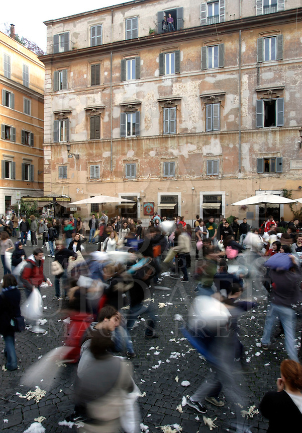 Battaglia dei cuscini in piazza Santa Maria in Trastevere, Roma, 23 dicembre 2009..Pillow fight in St. Mary in Trastevere square in Rome, 23 december 2009..© UPDATE IMAGES PRESS/Riccardo De Luca