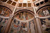Battistero di Parma , commissionato a Benedetto Antelami, costruito tra il 1196 e il 1270 , in marmo rosa di Verona, interni con affreschi del XIII e XIV secolo