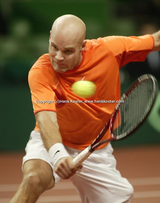 10-2-06, Netherlands, tennis, Amsterdam, Daviscup.Netherlands Russia, Melle van Gemerden in action against Nikolay Davydenko