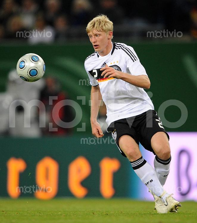 FUSSBALL   INTERNATIONAL   WM QUALIFIKATION  2010 Deutschland - Finnland           14.10.2010 Christian BECK (Deutschland) Einzelaktion am Ball
