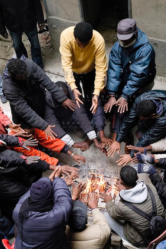 Profughi di guerra e richiedenti asilo politico sudanesi, somali ed eritrei, occupano lo stabile dismesso in via Lecco. Milano, 16 novembre, 2005<br /> <br /> Sudanese, Somali and Eritrean war refugees and asylum seekers occupy a disused building. Milan, November 16, 2005