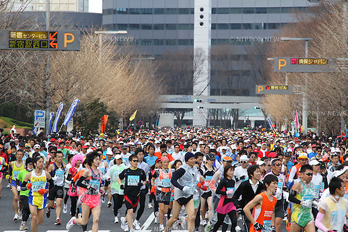 Feb. 27, 2011 - Tokyo, Japan - Thousands of runners race through the Shinjuku district part of town during the Tokyo Marathon. (Photo by Yutaka/AFLO SPORT)