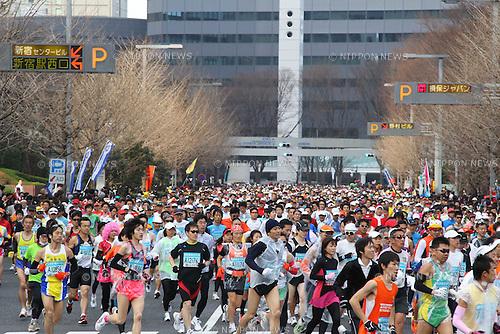 Feb. 27, 2011 - Tokyo, Japan - Thousands of runners race through the Shinjuku district part of town during the Tokyo Marathon. (Photo by Yutaka/AFLO SPORT)