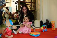 """ATENÇÃO EDITOR: FOTO EMBARGADA PARA VEÍCULOS INTERNACIONAIS. SAO PAULO, SP, 11 DE DEZEMBRO DE 2012. LANÇAMENTO DO BLOG MAMAE DE PRIMEIRA VIAGEM. A cantora Mariana Belem, com sua filha Laura,promove o lançamento do seu novo blog """"Mamãe de primeira viagem"""" que terá dicas sobre gestação e maternidade. A página Mamãe de Primeira Viagem terá informações sobre o dia a dia da família, depoimentos de outras mães, e da própria Mariana, vídeos, entrevistas e looks especiais para as crianças. O lancamento aconteceu na tarde desta terça feira nos Jardins. FOTO ADRIANA SPACA - BRAZIL PHOTO PRESS."""