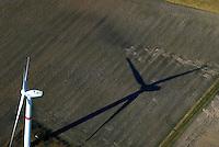 Windkraft: EUROPA, DEUTSCHLAND, NIESDERSACHSEN, BUCHHOLZ, (EUROPE, GERMANY), 11.03.2007: Wind, Kraft, Werk, Windkraftwerk, Schatten, lang, andere Beleuchtung, andere Seite, Fluegel, Windfluegel, regeneratieve Energie, Strom Erzeugung, CO2, Einspeise, Gesetz, Mast, Feld, Luftbild, Luftaufname,