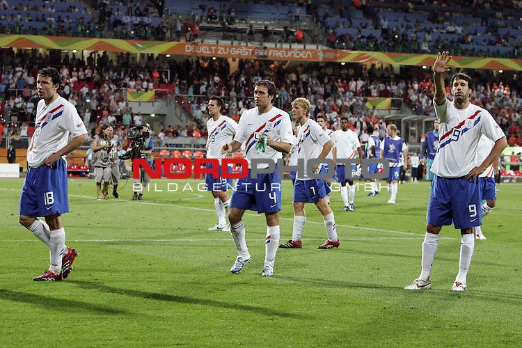 FIFA WM 2006 -  Round of Sixteen - / Viertelfinale <br /> Play     #52 (25-Jun) - Portugal vs Niederlande ( Holland ) 1:0<br /> <br /> <br /> Dank an die treuen Fans von den holl&permil;ndischen Spielen nach der Nirderlage <br /> <br /> Mark van Bommel, Joris Mathijsen, Ruud van Nistelrooij<br /> <br /> <br /> Foto &copy; nordphoto