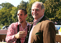 FUSSBALL 1. BUNDESLIGA   SAISON 2011/2012 Die Mannschaft des FC Bayern Muenchen besucht das Oktoberfest am 02.11.2011 Franck Ribery umarmt  Praesident Uli Hoeness (v. li., FC Bayern Muenchen)