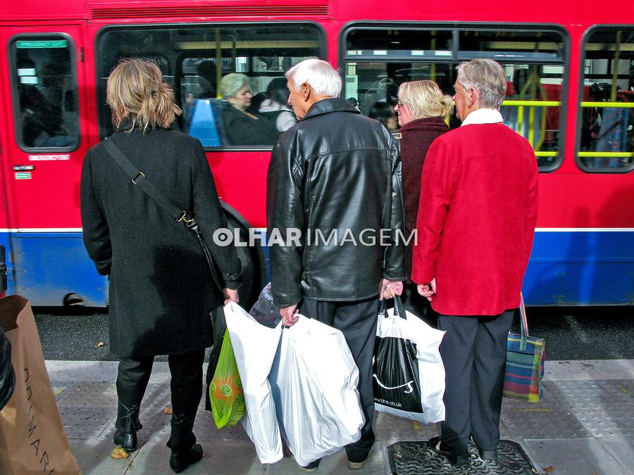 Idosos com sacolas de compras, travessia de pedestres. Londres. Inglaterra. 2008. Foto de Juca Martins.
