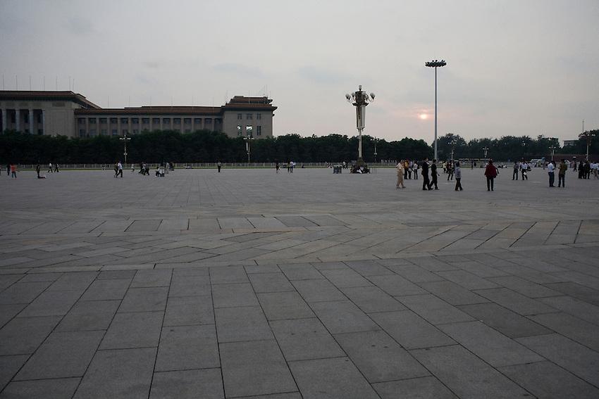 La place peu avant la fermeture. Au fond l'aile nord du Palais du Peuple.