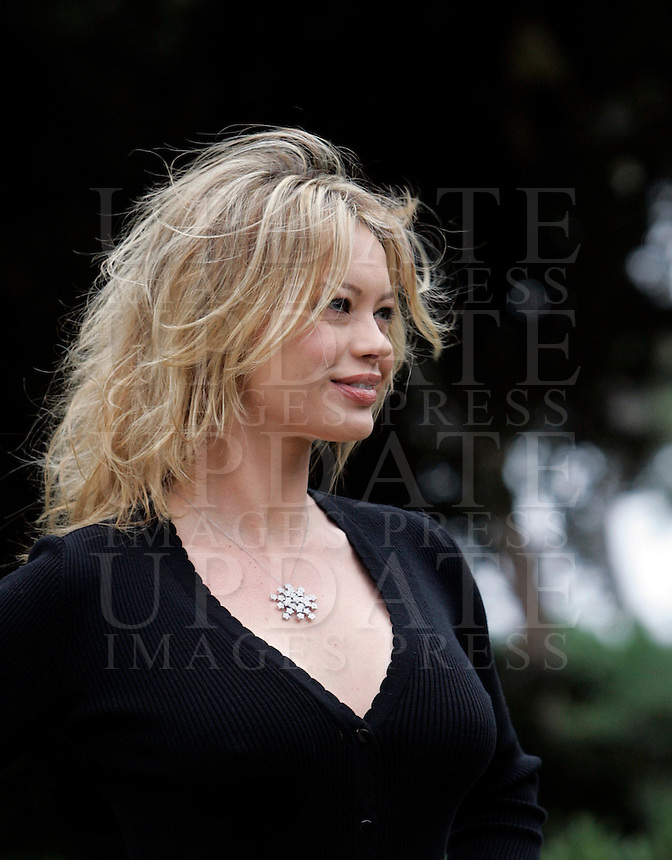 "L'attrice Anna Falchi posa durante un photocall per la presentazione del film ""L'uomo nero"" a Roma, 30 novembre 2009..Actress Anna Falchi poses during a photocall for the presentation of the movie ""L'uomo nero"" (The black man) in Rome, 30 november 2009..UPDATE IMAGES PRESS/Riccardo De Luca"