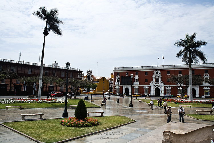 entire central square is surrounded by buildings trujillo whose style architectural harmony with each other, giving a look of antiquity